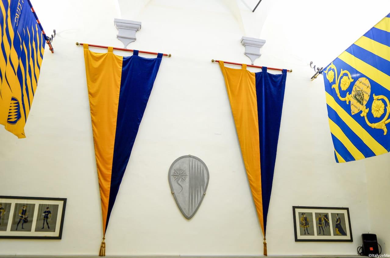 Bandiere e stendardi del, quartiere Ruga di Montalcino e della contrada della Tartuca di Siena