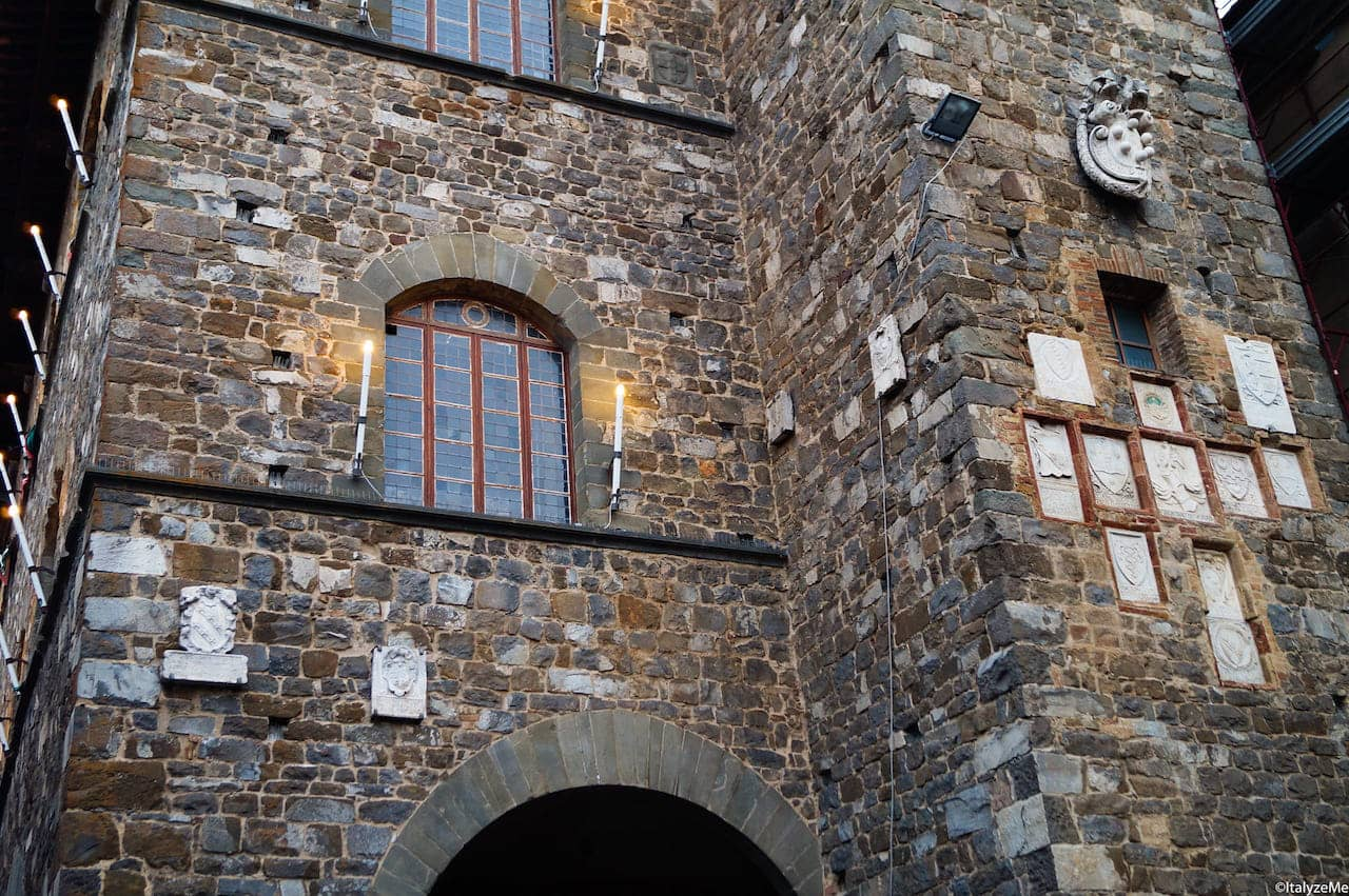 La suggestiva facciata del Palazzo dei Priori di Montalcino
