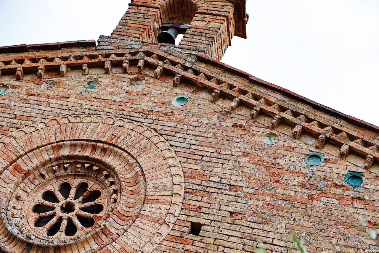 Maioliche arabe sulla facciata della chiesa di San Jacopo al Tempio, ex magione templare a San Gimignano