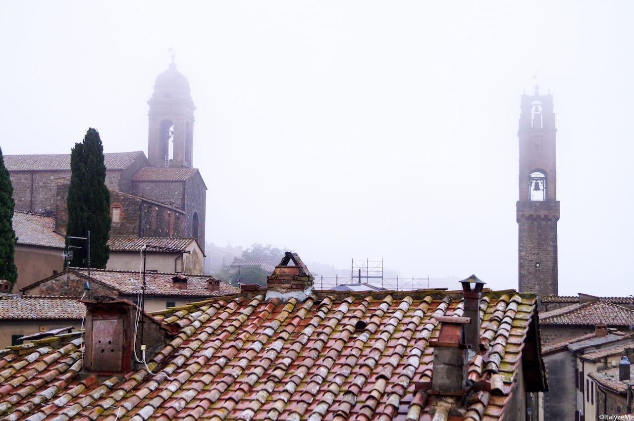La nebbia che avvolge tutta Montalcino nella nostra serata itinerante per quartieri