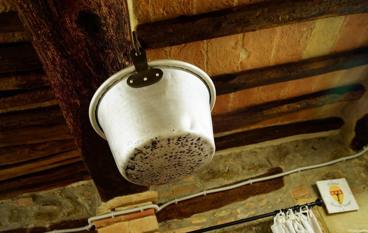 I suggestivi e toscanissimi interni della sede del quartiere Travaglio di Montalcino
