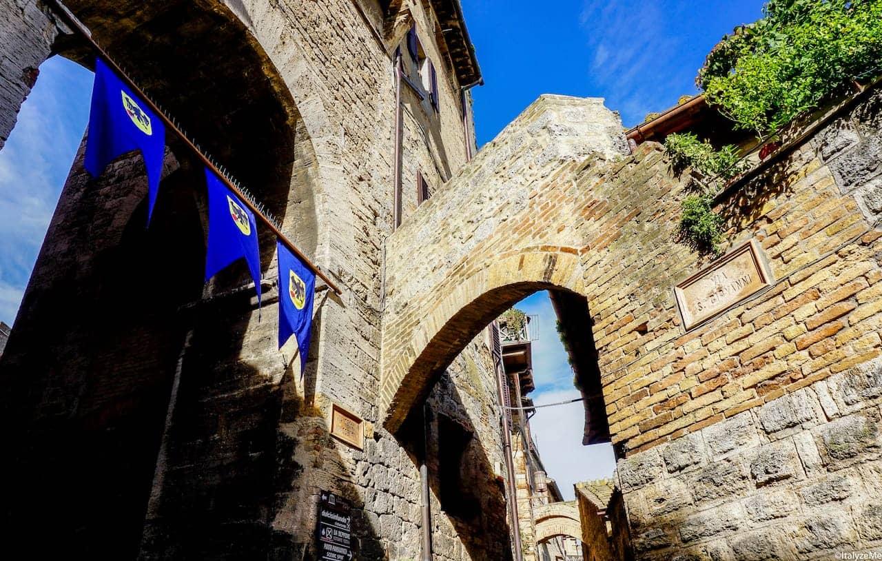 L'Arco de' Becci, sovrastato dall'omonima torre, attraverso il quale si entra in Piazza della Cisterna