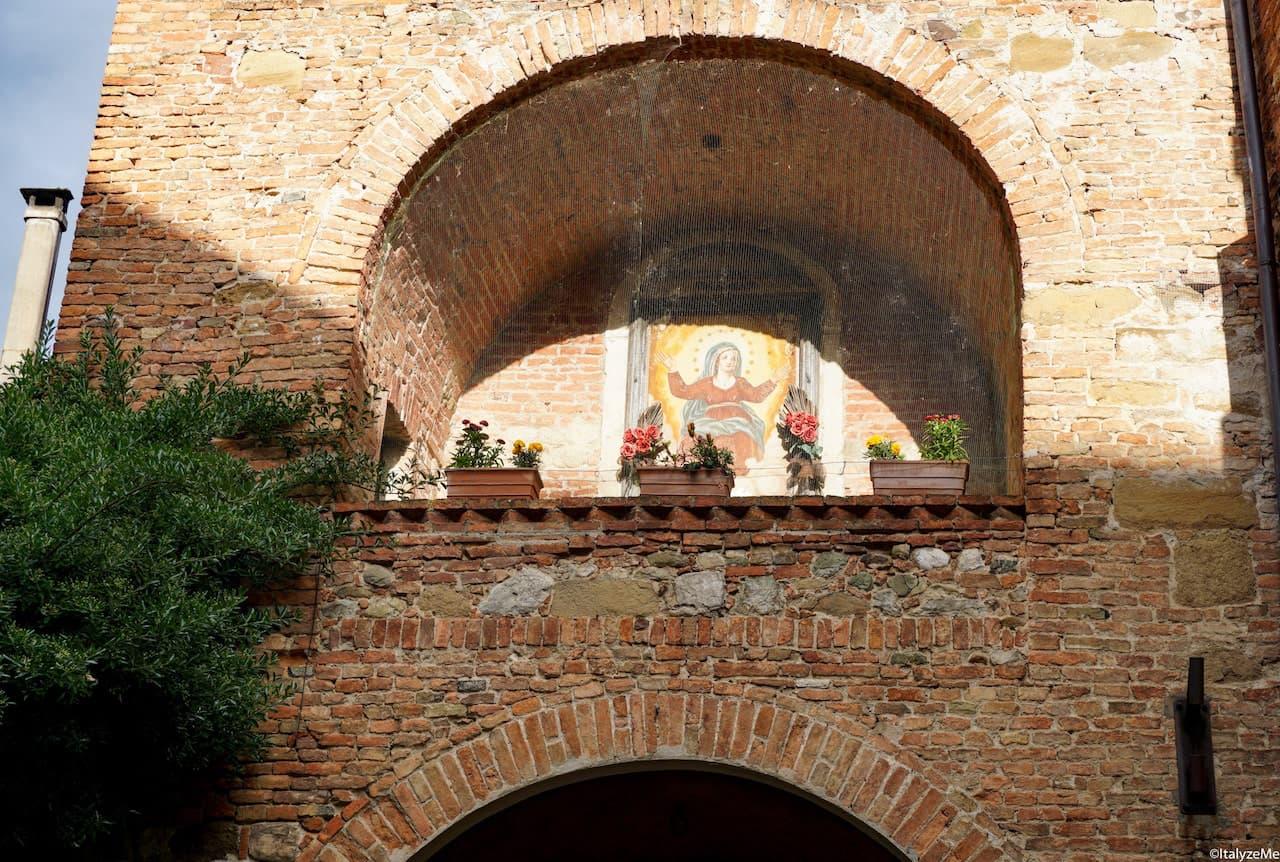 L'immagine della Madonna sopra Porta Gavina a Torrita di Siena