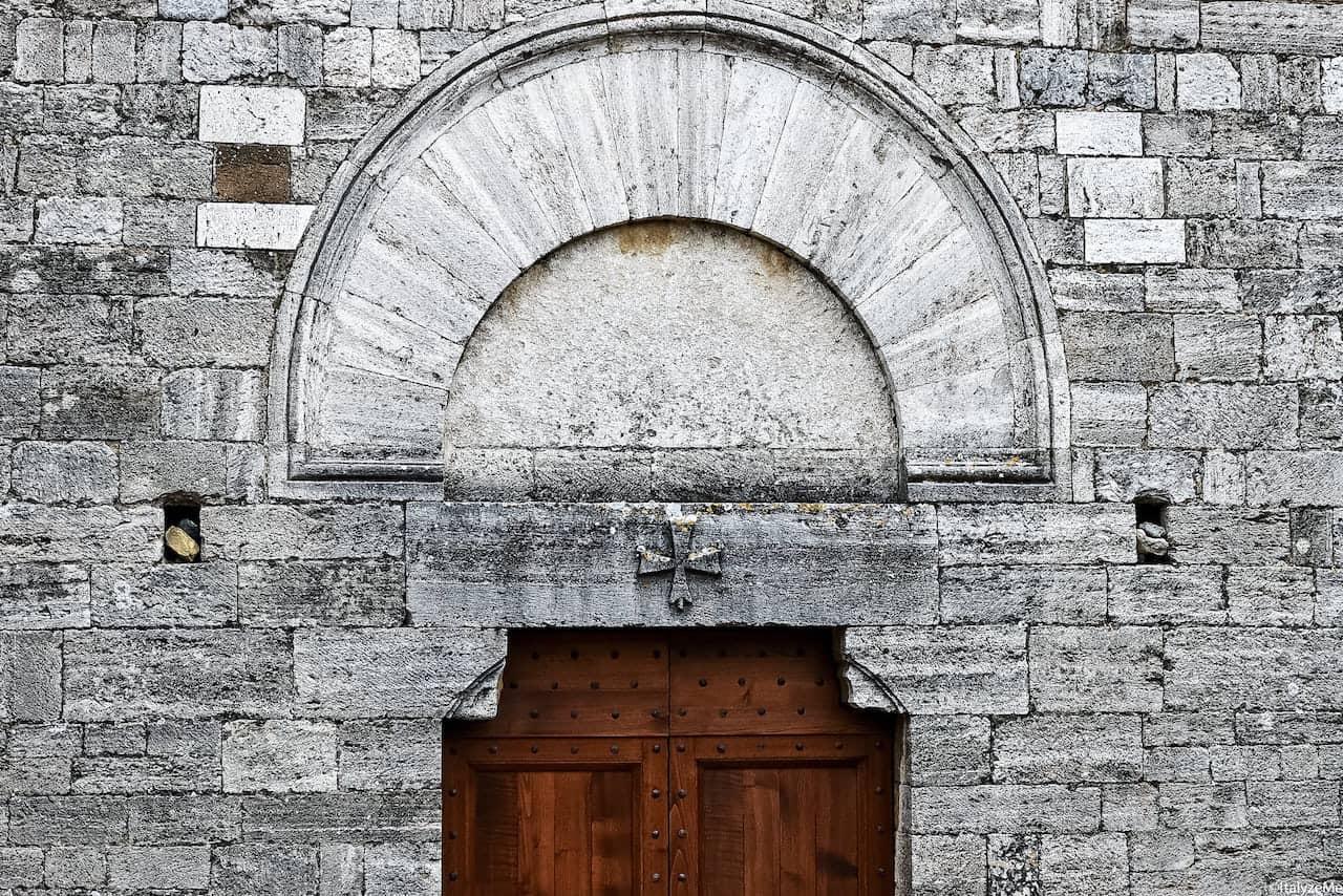 Il portale della chiesa di San Jacopo al Tempio a San Gimignano, con la croce patente dell'Ordine dei Cavalieri Templari