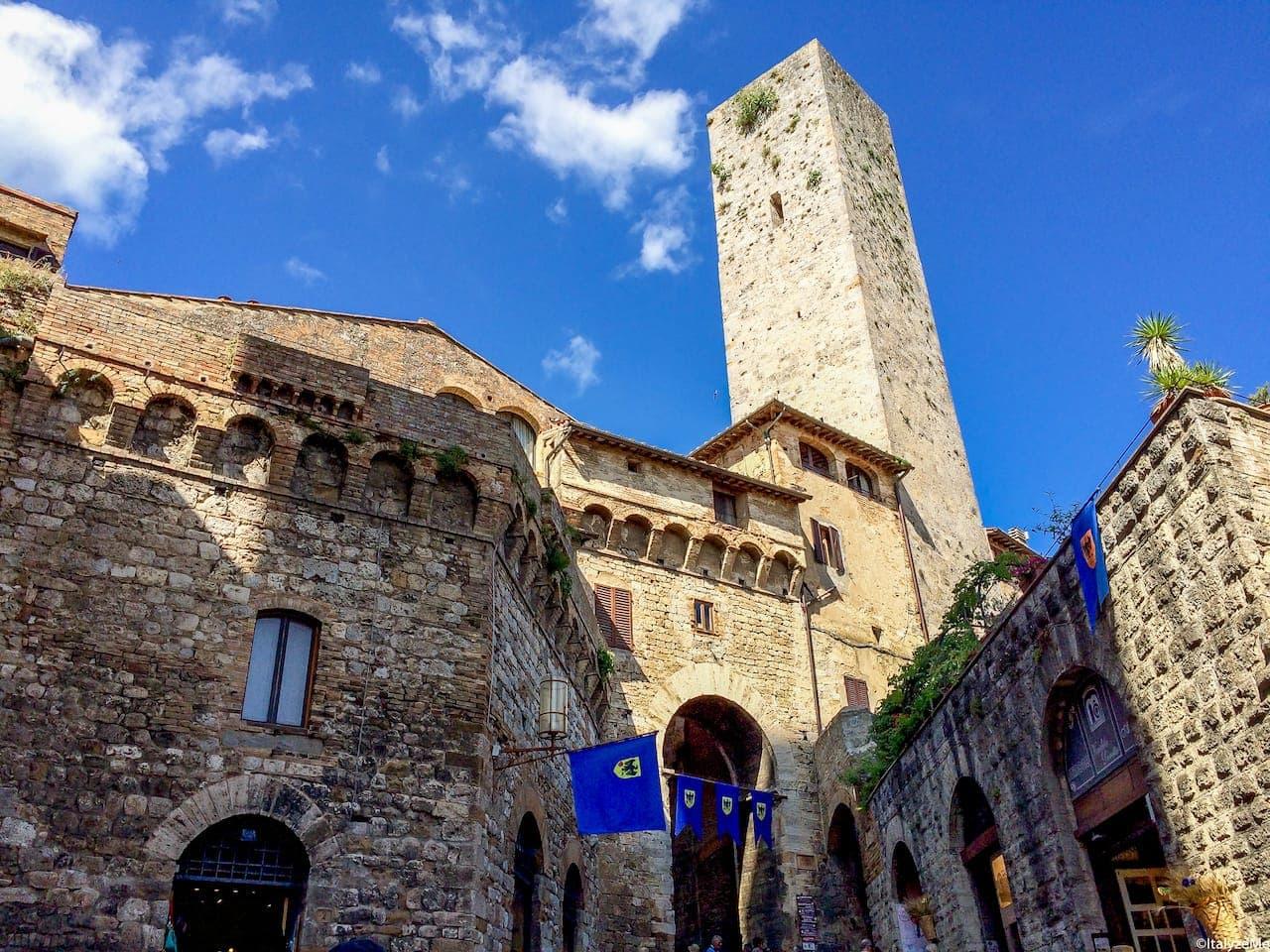 L'Arco de' Becci con la sua torre: maestoso ed imponente ingresso a Piazza della Cisterna