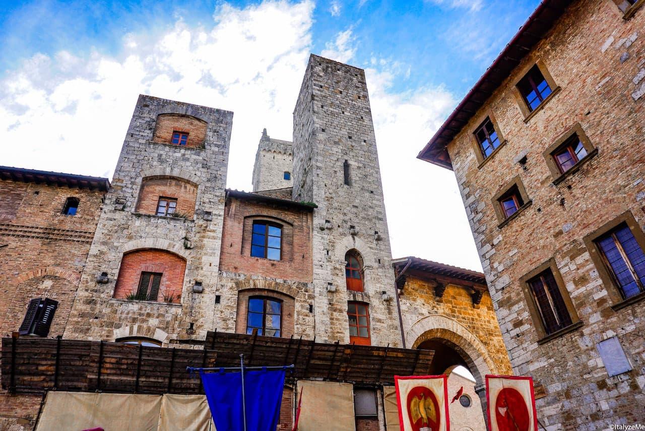 Le torri gemelle degli Ardinghelli in Piazza della Cisterna a San Gimignano