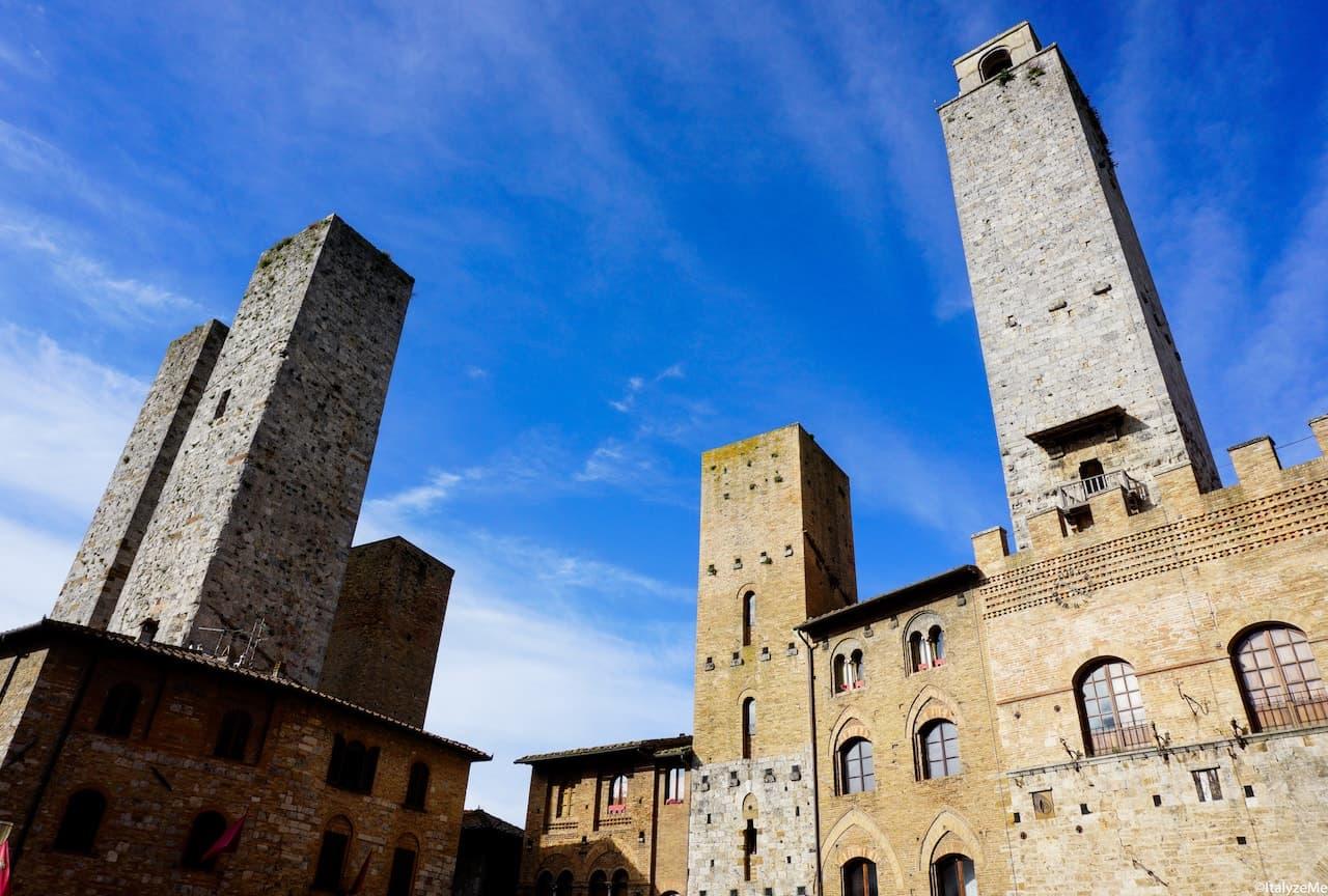 Vista d'insieme delle torri Salvucci, Chigi e della Rognosa in piazza Duomo a San Gimignano