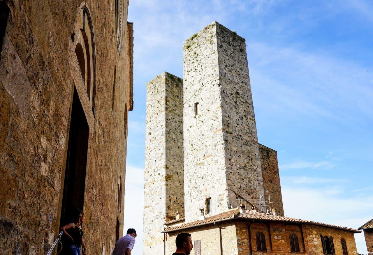 Le torri gemelle dei Salvucci, che si affacciano in Piazza Duomo ed in Piazza delle Erbe