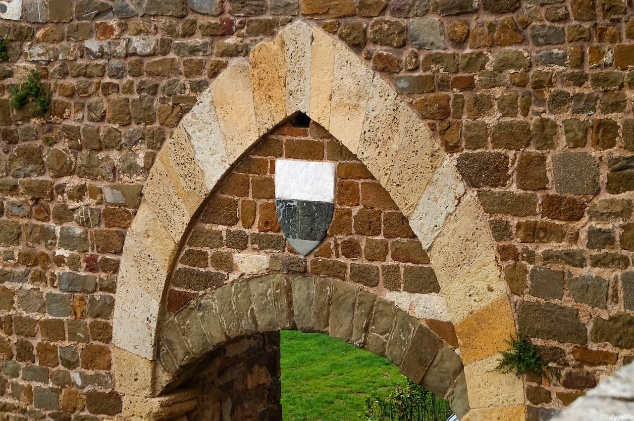 """Lo stemma di Siena, la """"balzana"""" campeggia sulla porta d'accesso alla Fortezza di Montalcino in ricordo dell'antica amicizia con la città di Siena"""