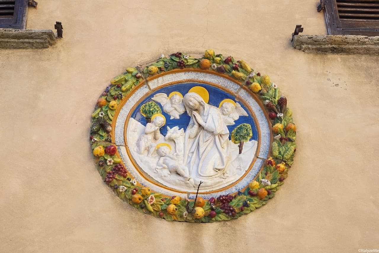 Ceramica robbiana dinanzi alla chiesa di Santa Lucia, Montepulciano