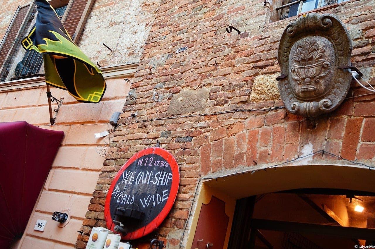 Una delle molte enoteche che si trovano lungo via di Gracciano nel Corso a Montepulciano
