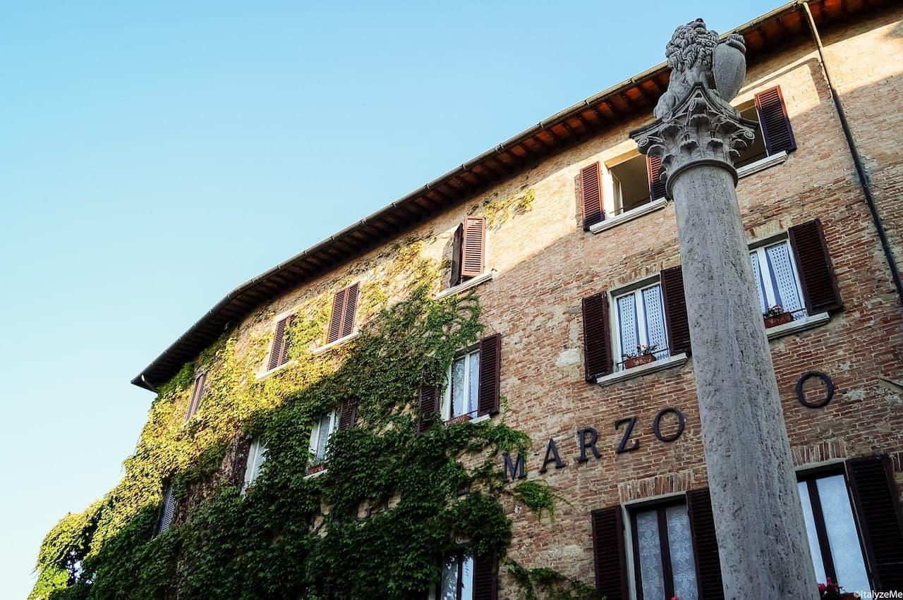 L'antico hotel Il Marzocco e la storica colonna a Montepulciano