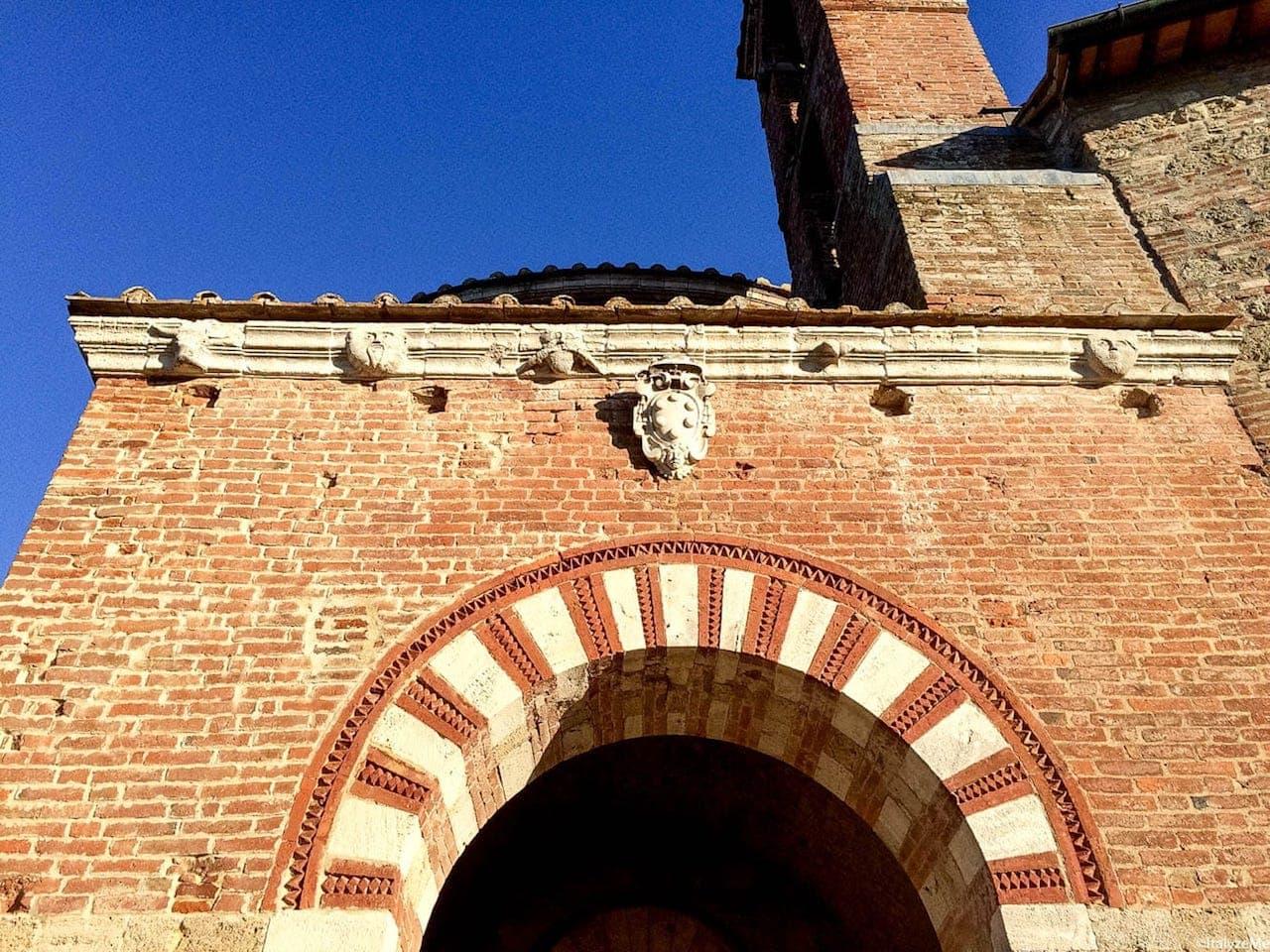 """L'ingresso all'Eremo di Montesiepi, con le figure antropomorfe """"a guardia"""" dell'ingresso"""