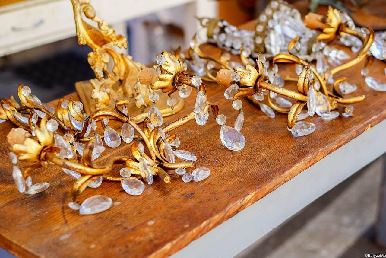 Se avete la casa piena di appliques e lampadari di questo tipo, la Fiera Antiquaria è il posto giusto per trovare pezzi di ricambio altrove introvabili!
