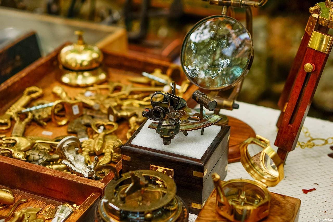 Lenti d'ingrandimento, strumenti di misurazione e persino qualche astrolabio: alcuni tesori della Fiera Antiquaria di Arezzo per la quale l'adoriamo!