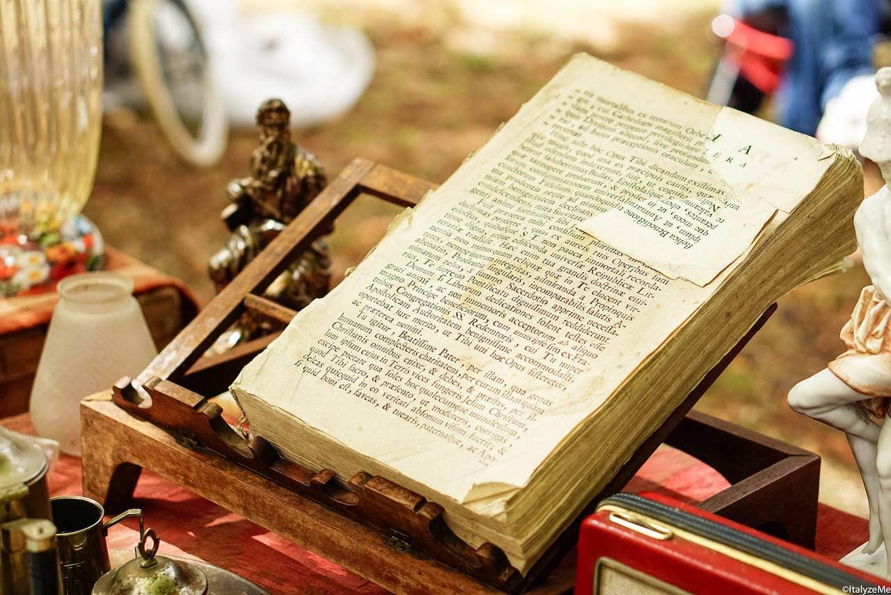 Anche curiosi ed antichi messali in latino si possono trovare alla Fiera Antiquaria di Arezzo