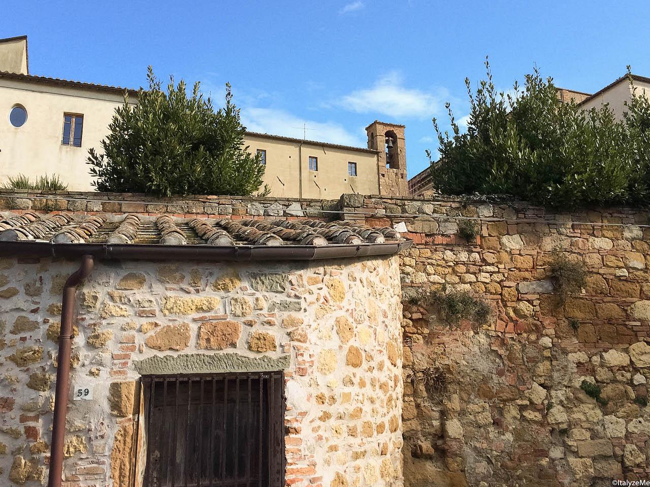 La curiosa costruzione cilindrica in Via di Gozzante a Pienza che un tempo ospitava una colcitronaia