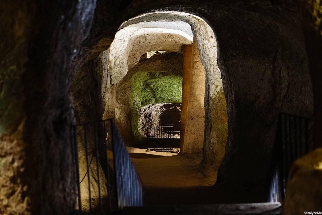 Un fitto sistema di grotte e gallerie si apre sotto la città di Orvieto. Potete visitarne una parte partecipando alle escursioni di Orvieto Underground
