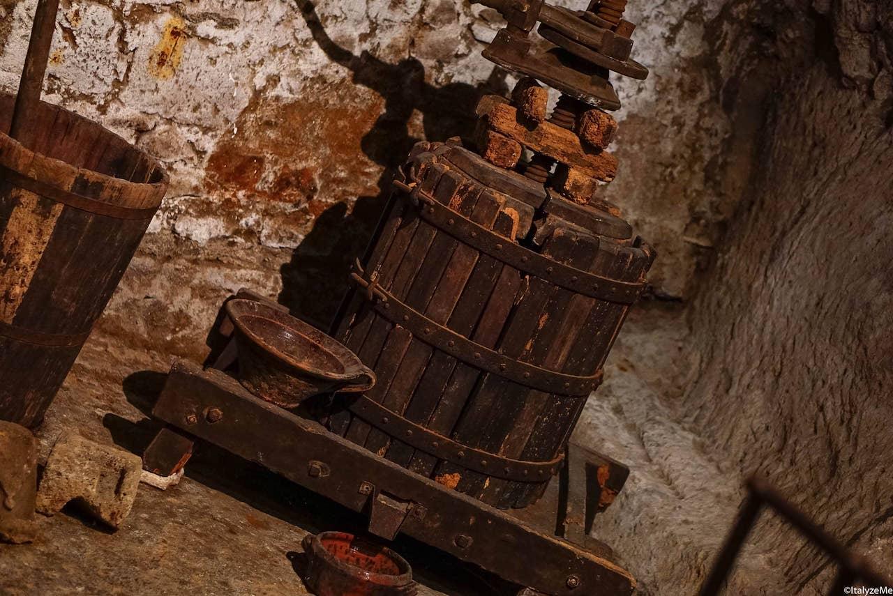 Nei sotterranei di Orvieto è facile trovare vecchi tini e strumenti per la vinificazione, simbolo di un passato vocato alla viticoltura