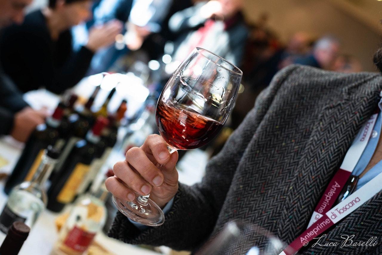 Calici roteanti all'Anteprima del Vino Nobile di Montepulciano 2018