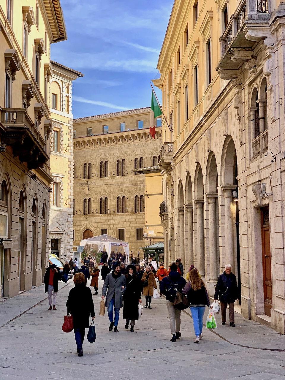 Verso via Banchi di Sopra a Siena