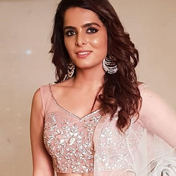 Celebrity Ruhi Chaturvedi - Tring India