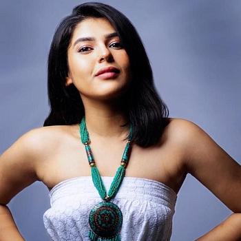 Celebrity Nidhi Bhanushali - Tring India