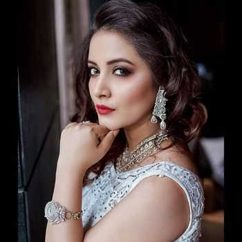 Celebrity Nidhi Uttam - Tring India