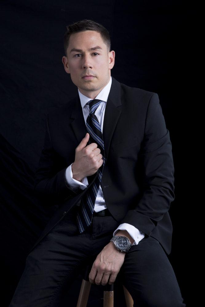 Hình ảnh giám đốc chuyên nghiệp, đại diện cho tập thể công ty phát triển.
