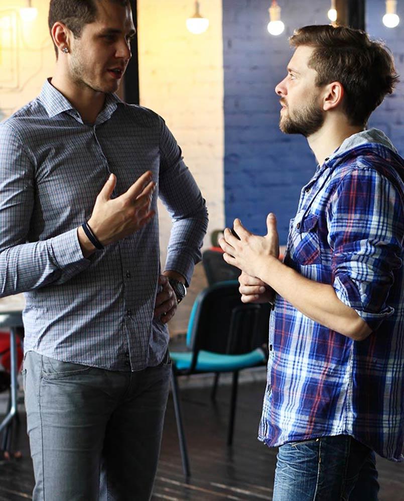 dwaj mężczyżni dyskutują na temat projektu