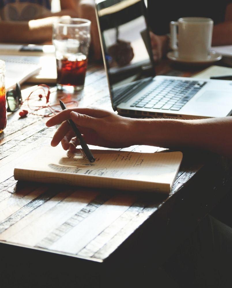 notatnik z pomysłami na projekt leży na stole