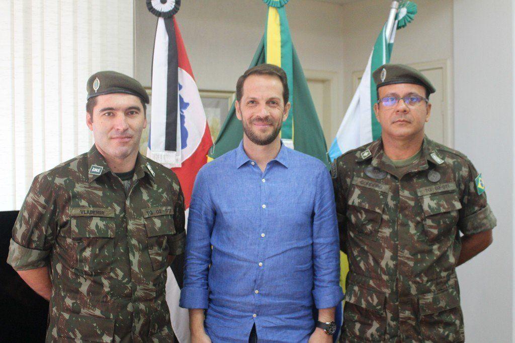 Prefeito Rodrigo Proença, diretor do TG, entre o primeiro-sargento Vlademir Wieczynski e subtenente Jailton Cordeiro da Silva (Foto: Divulgação/Prefeitura de Capivari)