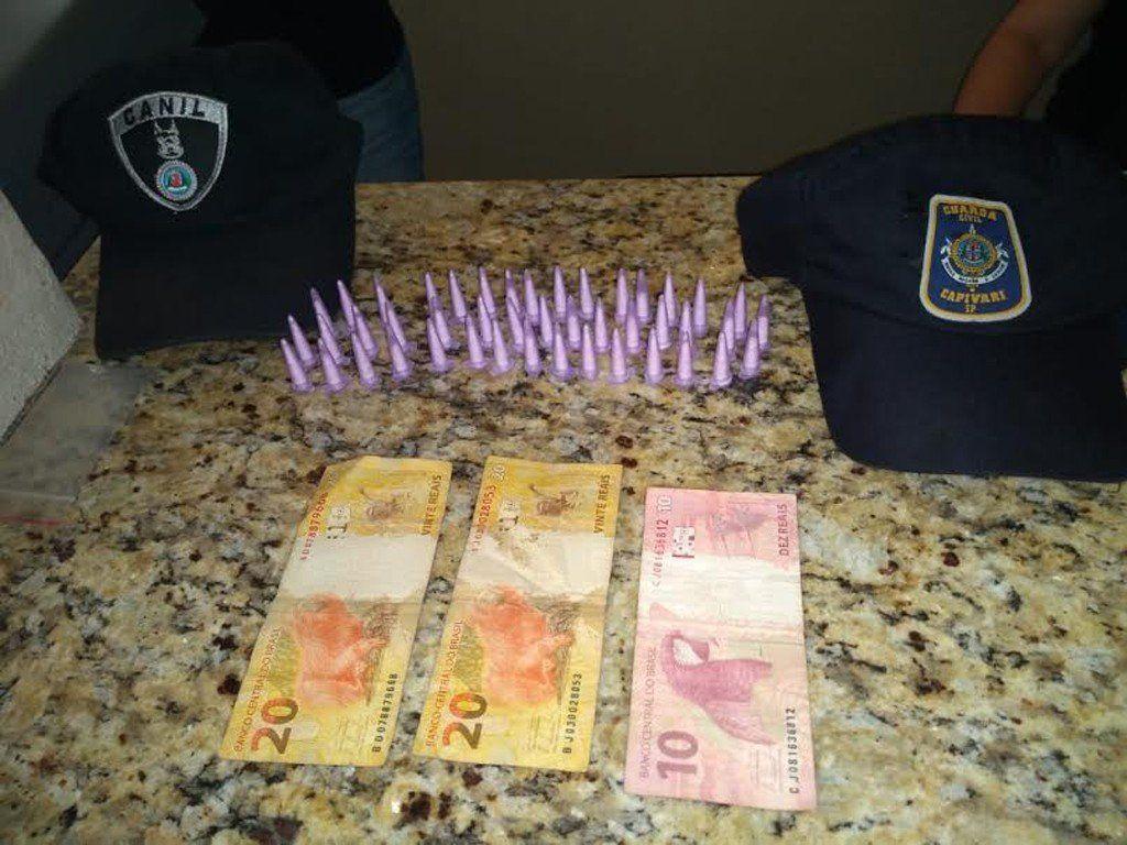 Com os homens foram recolhidos 45 pinos de cocaína, mais R$50 (Foto: Divulgação/GCM Capivari)
