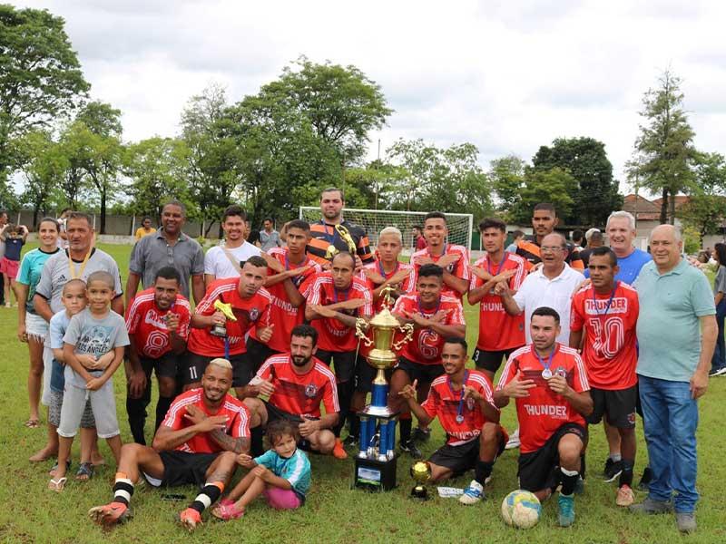 Equipe do Atlético Riopedrense, campeã do regional de futebol (Foto: Divulgação/Prefeitura de Rafard)