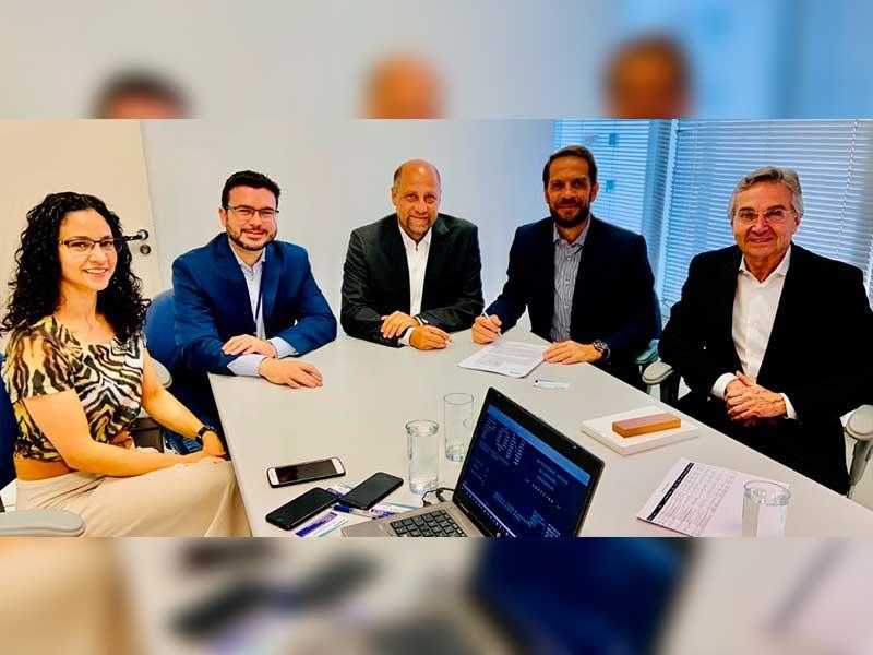Tanecy, Fernando, Celso, Proença e Carvalho durante assinatura do convênio (Foto: Divulgação/Prefeitura de Capivari)
