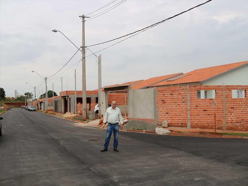 Prefeito Carlão Bueno visitou o bairro após finalização da pavimentação das ruas (Foto: Divulgação/Prefeitura de Rafard)