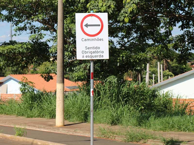 Motoristas de caminhões devem respeitar proibição e utilizar desvio (Foto: PMR)