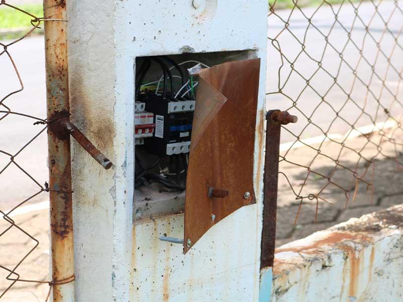 Caixa de energia foi danificada pelos vândalos (Foto: Divulgação/Prefeitura de Rafard)