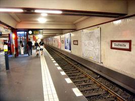File:Berlin- U-Bahn-Station Stadtmitte (U 6)- auf Bahnsteig zu Gleis 1- Richtung Berlin-Alt-Mariendorf 8.8.2009.jpg