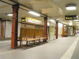 File:Berliner U-Bahnhof Innsbrucker Platz (Sitzbank).jpg