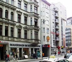 File:Berlin-Mauermuseum am Checkpoint Charlie.jpg