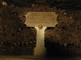 File:Catacombes de Paris.JPG