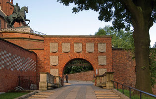 File:Herbowa (Coat of Arms) Gate, Wawel Hill, Old Town, Krakow, Poland.jpg