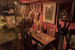 File:The Viktor Wynd Museum cabinet of curiosities 26.jpg