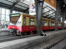 File:Berlin- Bahnhof Friedrichstraße- auf Bahnsteig zu Gleis 4- BVG-Baureihe 480 10.8.2009.jpg