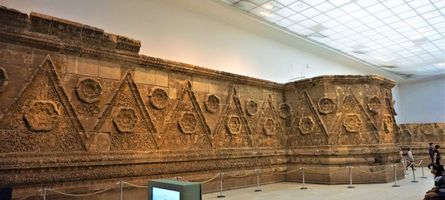 File:Desert Place of Mshatta Facade - Pergamon Museum - Joy of Museums - 2.jpg