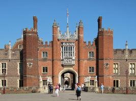 File:Great Gate, Hampton Court Palace.jpg