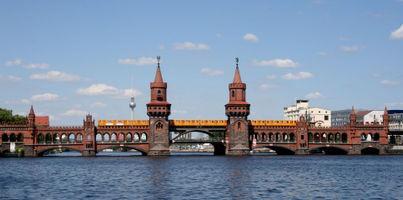 File:Oberbaumbrücke mit U-Bahn.jpg