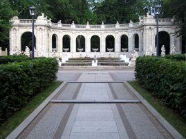 File:Maerchenbrunnen Berlin Friedrichshain Zugang 2.jpg