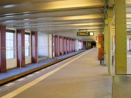 File:Berliner U-Bahnhof Rathaus Schöneberg (Bahnsteig Richtung Osten).jpg